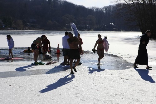 Plungers gathering their belongings and heading back to the club house after the plunge.